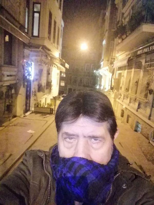 İri cüssesi ve kocaman yüreği ile Beyoğlu'nu ve Yeşilçam'ın bomboş sokaklarını bekleyen Sönmez Yıkılmaz.'ın Beyoğlu YEŞİLÇAM sokakları şiiri