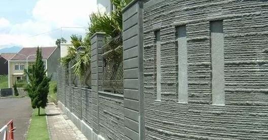batu andesit susun sirih dipasang di  dinding pagar rumah