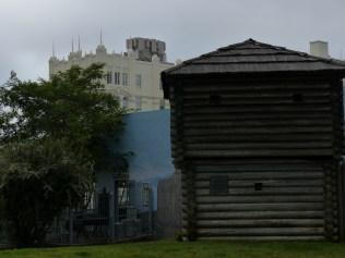 Das doch etwas beeindruckendere Gebäude im Hintergrund gehört nicht zum Fort. Es liegt gegenüber meines Hotels.