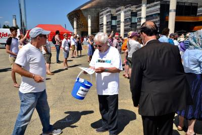 Sing-for-water-2017-collecting-for-Water-Aid