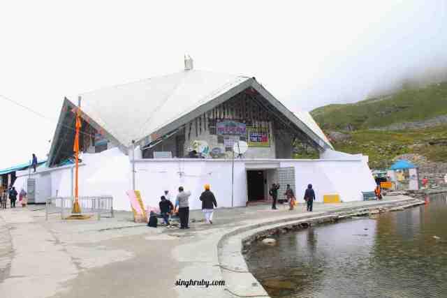 hemkund-sahib-with-the-lake