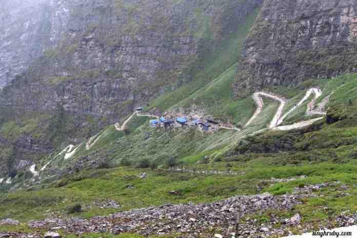 trekking-trail-from-the-top-of-hemkund-sahib