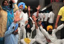 aap-protesting-turbans-tossed