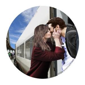 relation à distance couple qui s'embrasse train