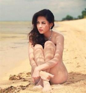 Chinese Girl on the Beach Qi (Small)