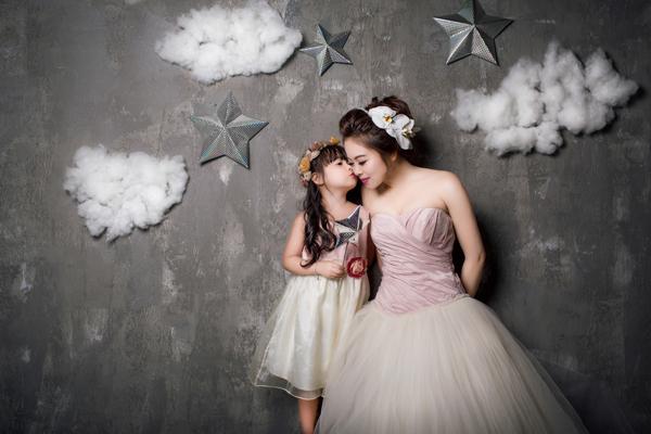 Bộ ảnh do Dz studio thực hiện với sự hỗ trợ của makeup Dũng Nguyễn, hair My My và trang phục Lilly Bridal.