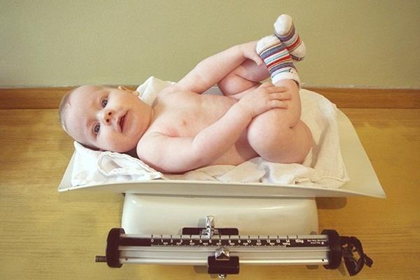"""Nắm bắt những giai đoạn phát triển """"tăng vọt"""" của bé sơ sinh"""