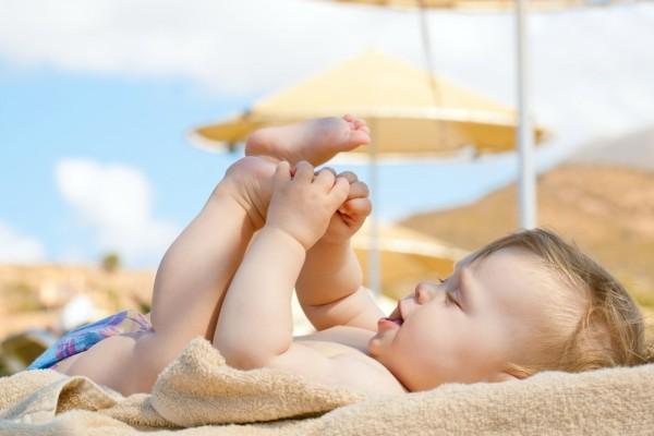 Cách tắm nắng cho trẻ sơ sinh mẹ cần biết