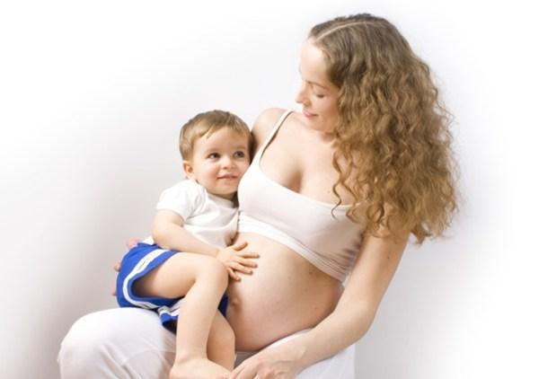 Có nên cho con bú khi mang thai?