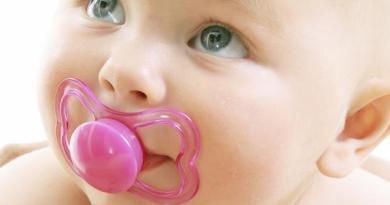 Trẻ sơ sinh ngậm núm vú giả có nên hay không?