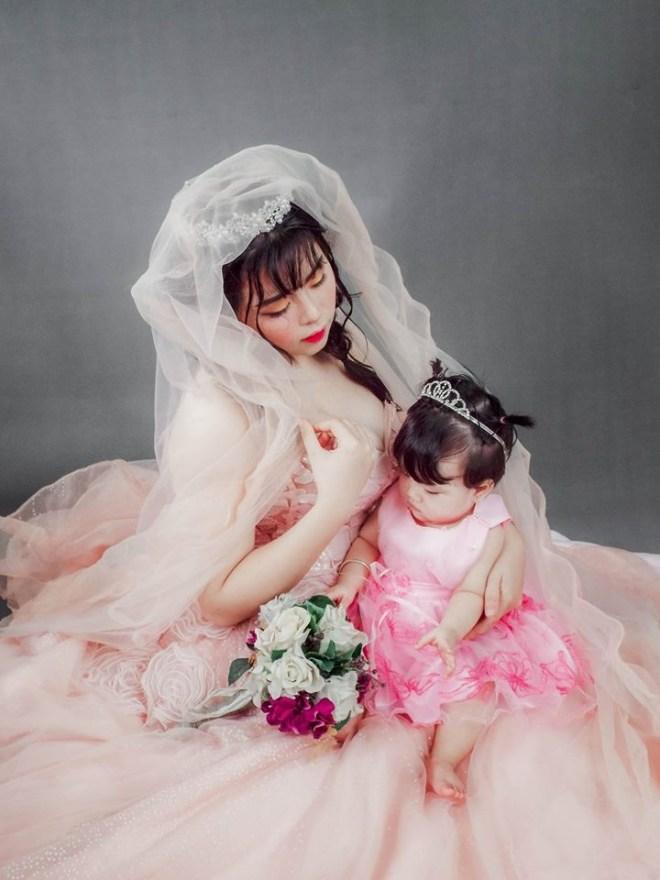 Niềm hạnh phúc của bà mẹ trẻ là được nhìn con lớn lên mỗi ngày.