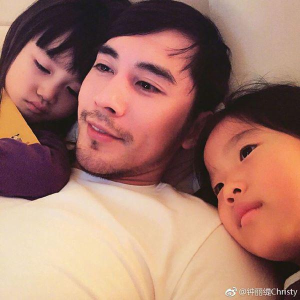 Dù kém vợ 12 tuổi nhưng Trương Luân Thạc là một chàng trai ấm áp, rất biết quan tâm, săn sóc gia đình.
