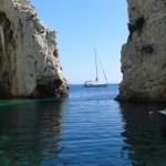 Onze boot voor de smalste cove van de Med, op het eialdn Vis, Kroatië