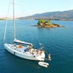 Prachtige drone-foto van onze boot in idylische baai