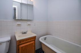 526 Bloomfield St apt bath
