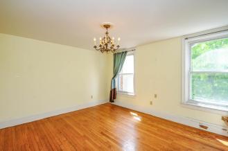 526 Bloomfield St apt living room