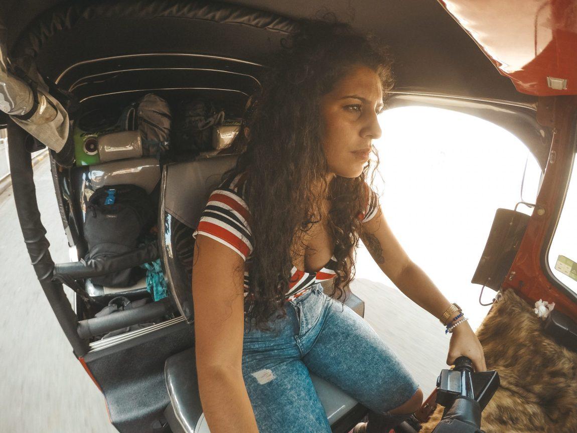 conducir un tuk tuk en Sri Lanka