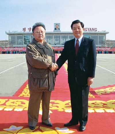 Kim Jong Il with Hu Jintao in Pyonyang, 2005 | Image via The Marxist-Leninist