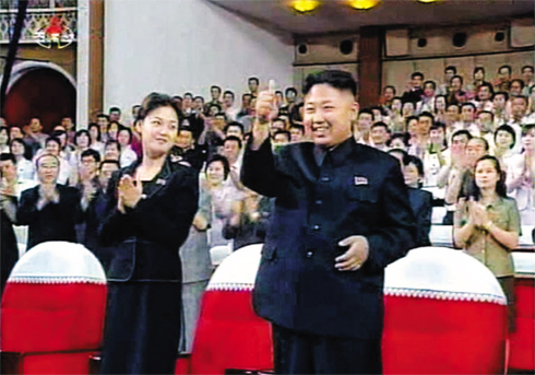 Kim Jong-un gives a thumbs up after the Demonstration Concert, with First Lady Ri Sol-ju by his side. | Image via Chosun Daily.