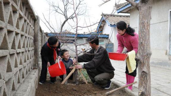 Ri Song-ryong and patriotic family in 2013 | Image: Rodong Sinmun