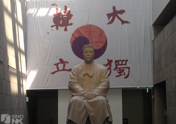 Ahn_Seoul_sitting