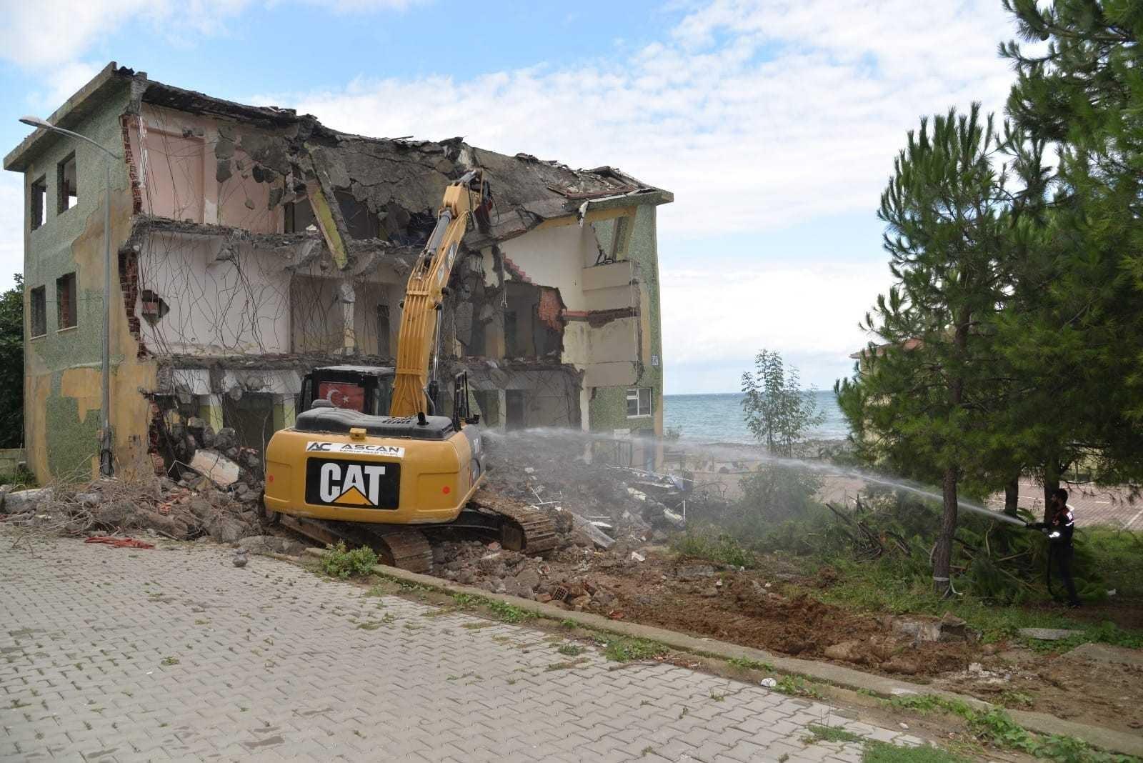 Türkeli'de eski halk eğitim binasının yıkımına başlandı
