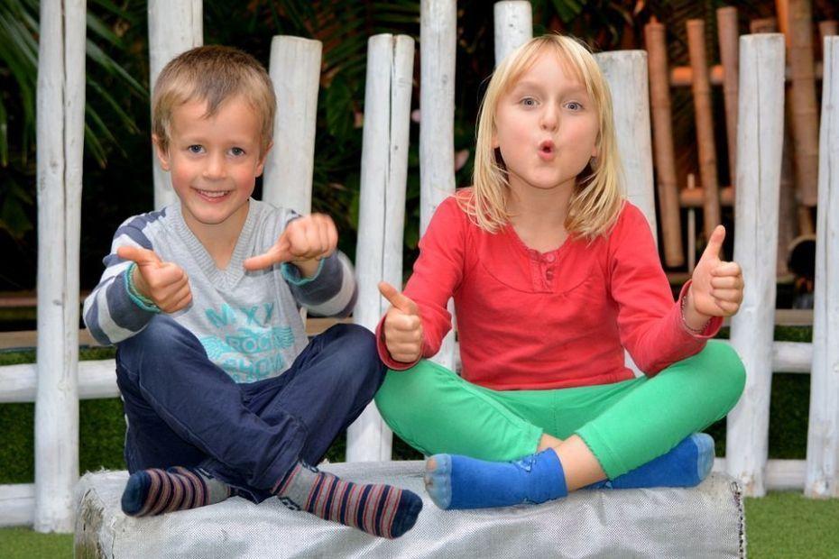 présentation de deux enfants assis qui rigolent