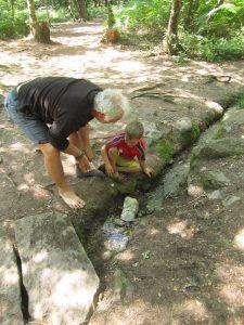 un adulte vient aider un enfant