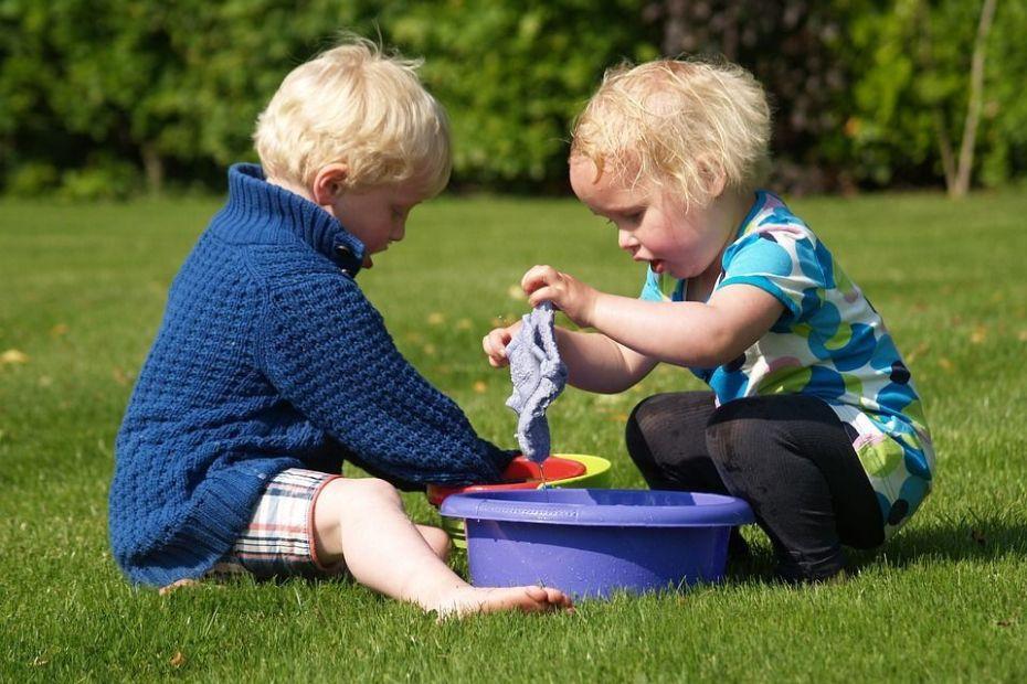 de jeunes enfants peuvent jouer ensemble sans forcément devenir copains...