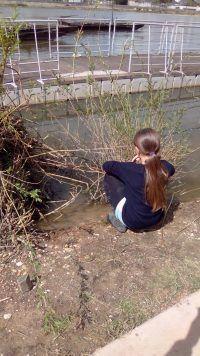[vu de l'intérieur] Des enfants en contact avec la nature