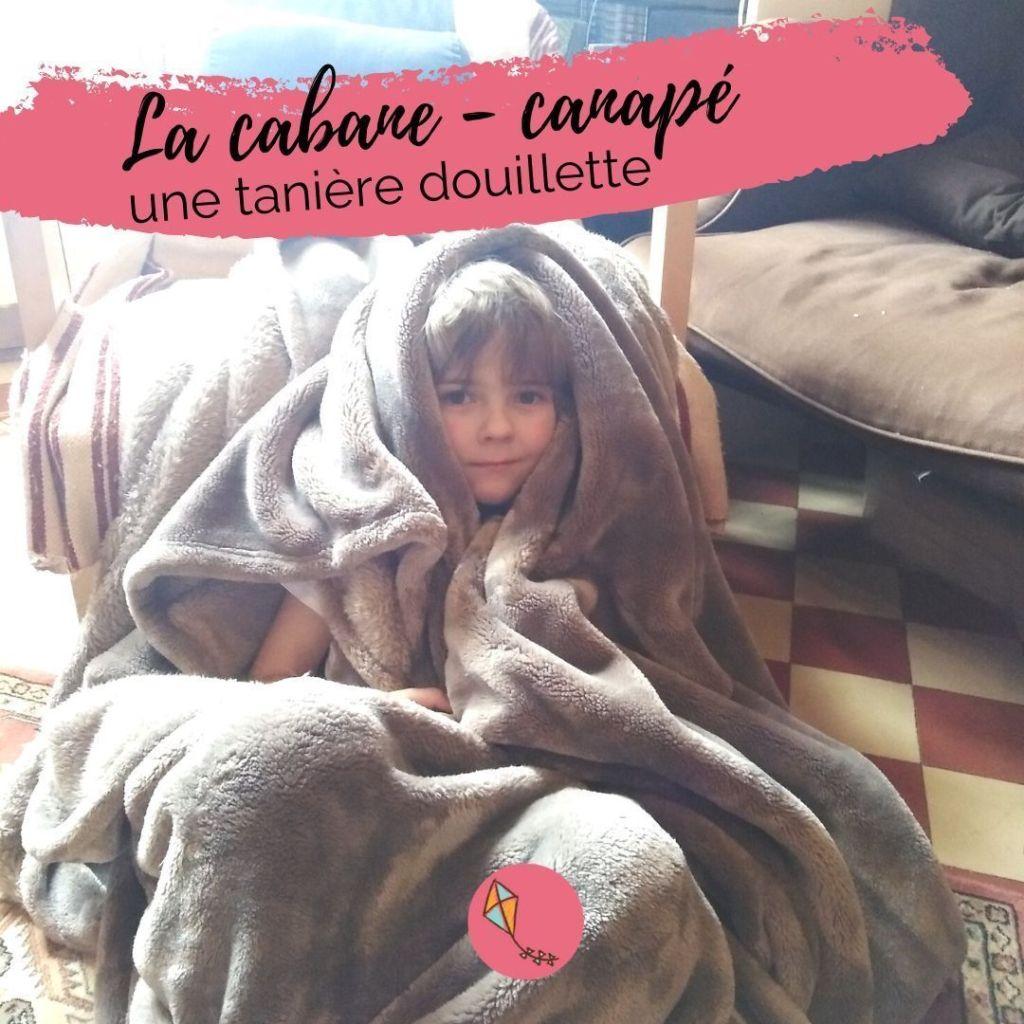 Construire une cabane avec couverture et coussins du canapé... idéal pour nos enfants en intérieur !