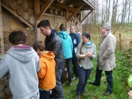 Gedeputeerde Luc Robijns met leerlingen aan insectenhotel