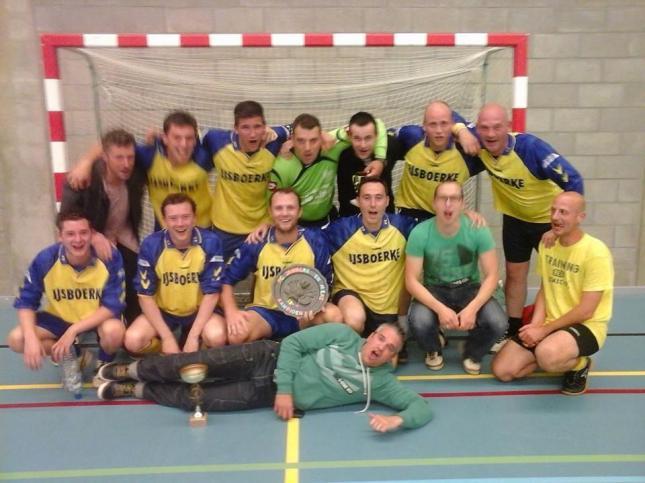 2014-05-27-zaalvoetbal-kampioen_Janneke -Mieke