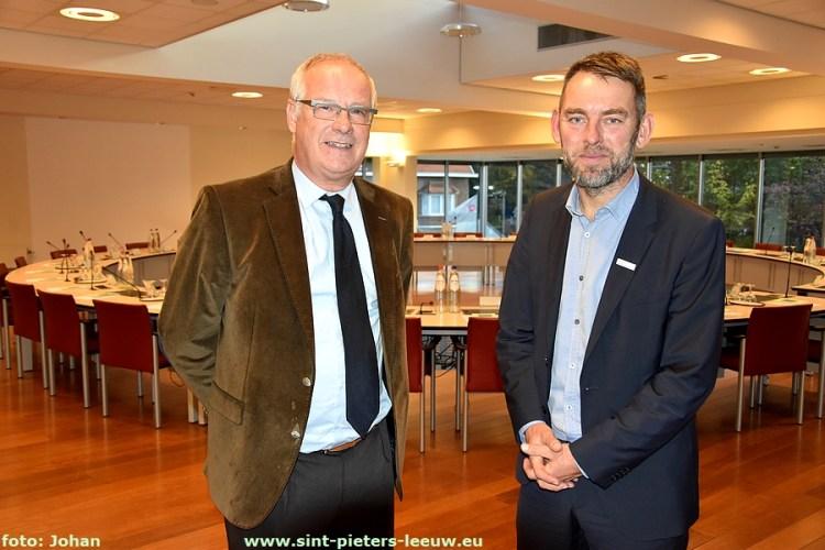 Burgemeester Luc Deconinck en Bart Weekers, Vlaamse Ombudsman in gemeentehuis Sint-Pieters-Leeuw