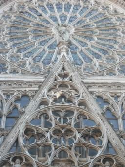 Dentelle (24 juillet 2011) - Une rosace de la cathédrale de Rouen, dont je trouve magnifique les entrelacs de pierre. Ici, c'est le sujet qui fait l'intérêt de la photo, bien plus que le regard du photographe pour apercevoir quelque chose...