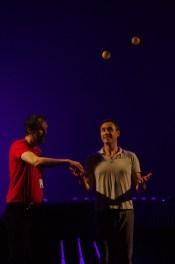 """Florent Hivert et Vincent de Lavenère, """"Jonglerie, automate et combinatoire"""", mai 2017 (festival CURIOSITas, Diagonale de Paris-Saclay) - Photo : Sinuaisons"""