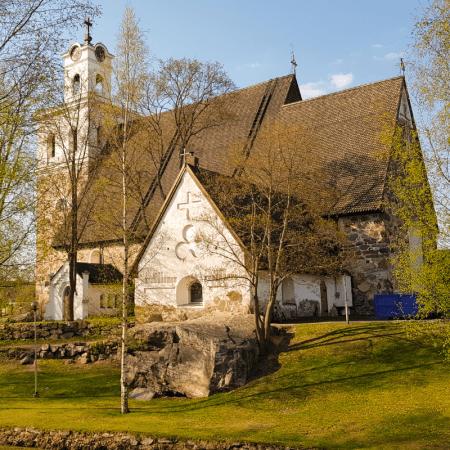 Pyhän Ristin kirkko kevätauringossa