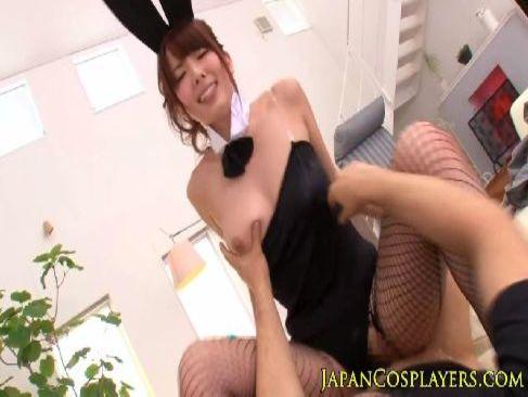 セクシー女優の波多野結衣がバニーガール姿で一生懸命腰を振り快感に喘ぐ潮吹き抜ける動画