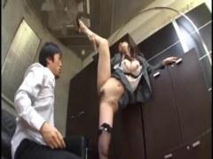 人気AV女優の水嶋あずみがOLに変身して同僚と変態セックスする潮吹き動画