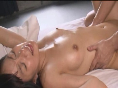 黒髪美少女がローションセックスで快感に可愛い声で喘ぎ絶頂してる潮吹き動画