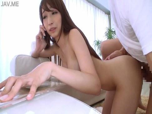 人気AV女優の蓮実クレアが電話中におまんこを突かれる潮吹き動画無料