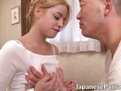 色白な美人な外人が男優とのセックスで激しく感じまくるエロ動画 潮噴き