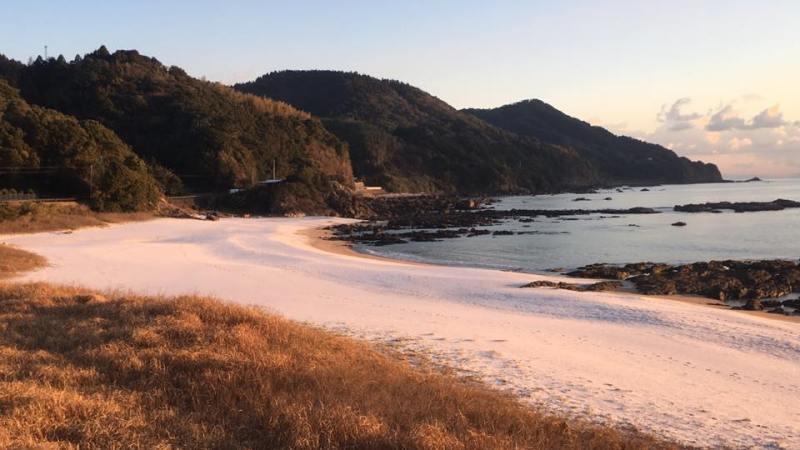 塩屋の浜に雪が降る。