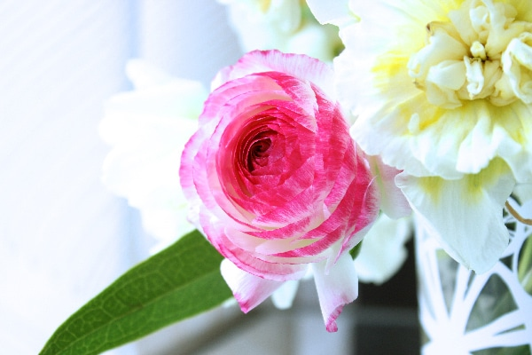 DIY-Floral-arrangement-with-pink-peonies-on-a-mirror-centerpiece1