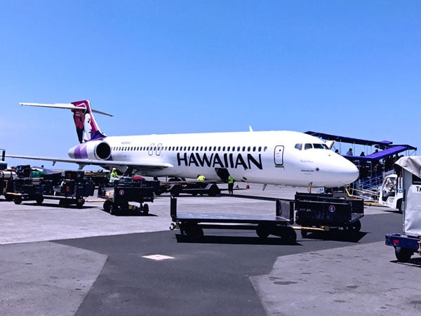 Hawaiian airplane from Kona Big Island Airport to Maui with outdoor boarding