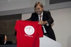 Francesco Bottaccioli espone la maglietta della SIPNEI prima della sua lettura
