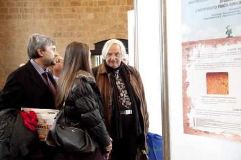 Si discute davanti ai numerosi poster presentati. Franceschi chiede informazioni ad Anna Giulia Bottaccioli presentatrice di un poster sullo stress lipidico