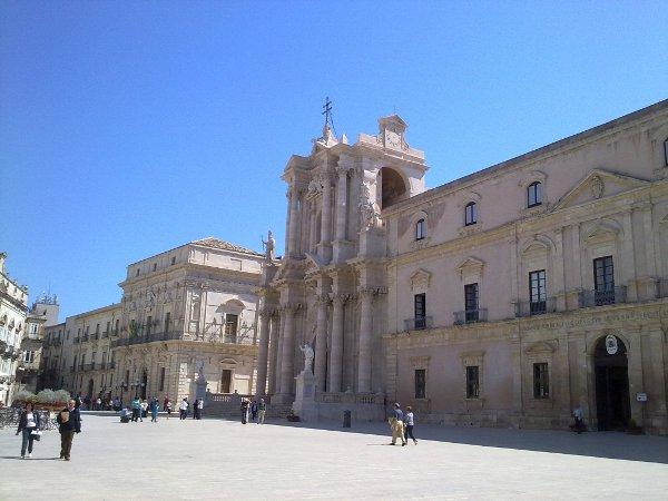 Piazza Duomo a Siracusa: da destra, in sequenza, Palazzo Arcivescovile, il Duomo e Palazzo Vermexio