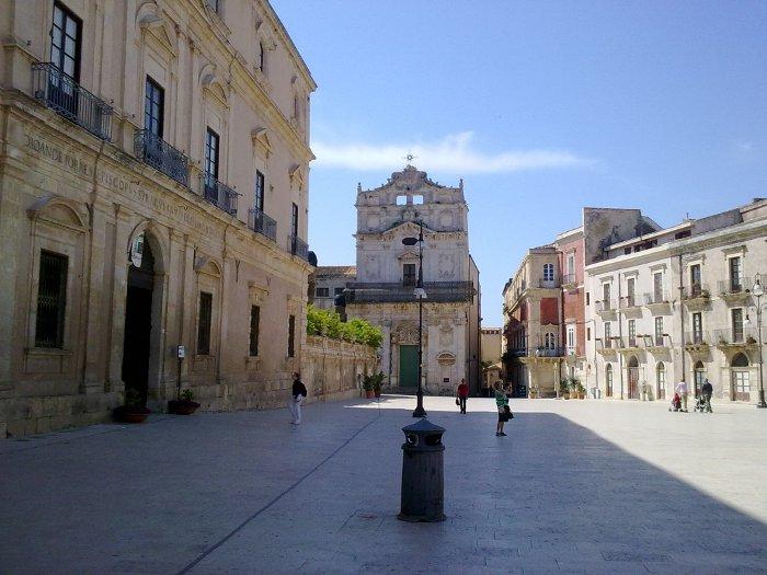 Piazza Duomo a Siracusa: A sinistra palazzo arcivescovile, sullo sfondo chiesa di S. Lucia alla Badia