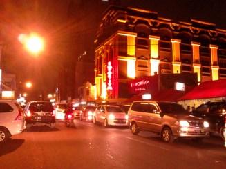 Jalan Pecenongan. Bangunan besar itu adalah Hotel Emporium.
